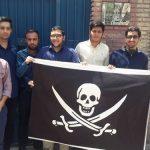 اهدای پرچم دزدان دریایی به سفیر انگلیس توسط دانشجویان