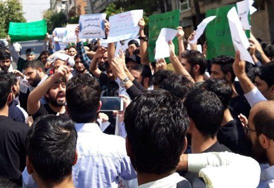 تجمع دانشجویان در اعتراض به کشتار مسلمانان در کشمیر