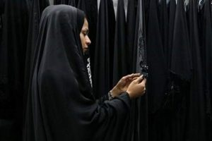 روزانه بیش از ۵۰۰ چادر امانی حرم حضرت معصومه(س) شست و شو وضد عفونی میشود