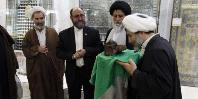 اهدای گوشه ای از ضریح قدیمی امام حسین(ع) به موزه آستان حضرت معصومه(س)+عکس